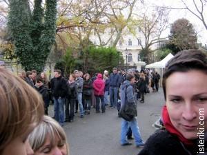Очередь во дворе посольства