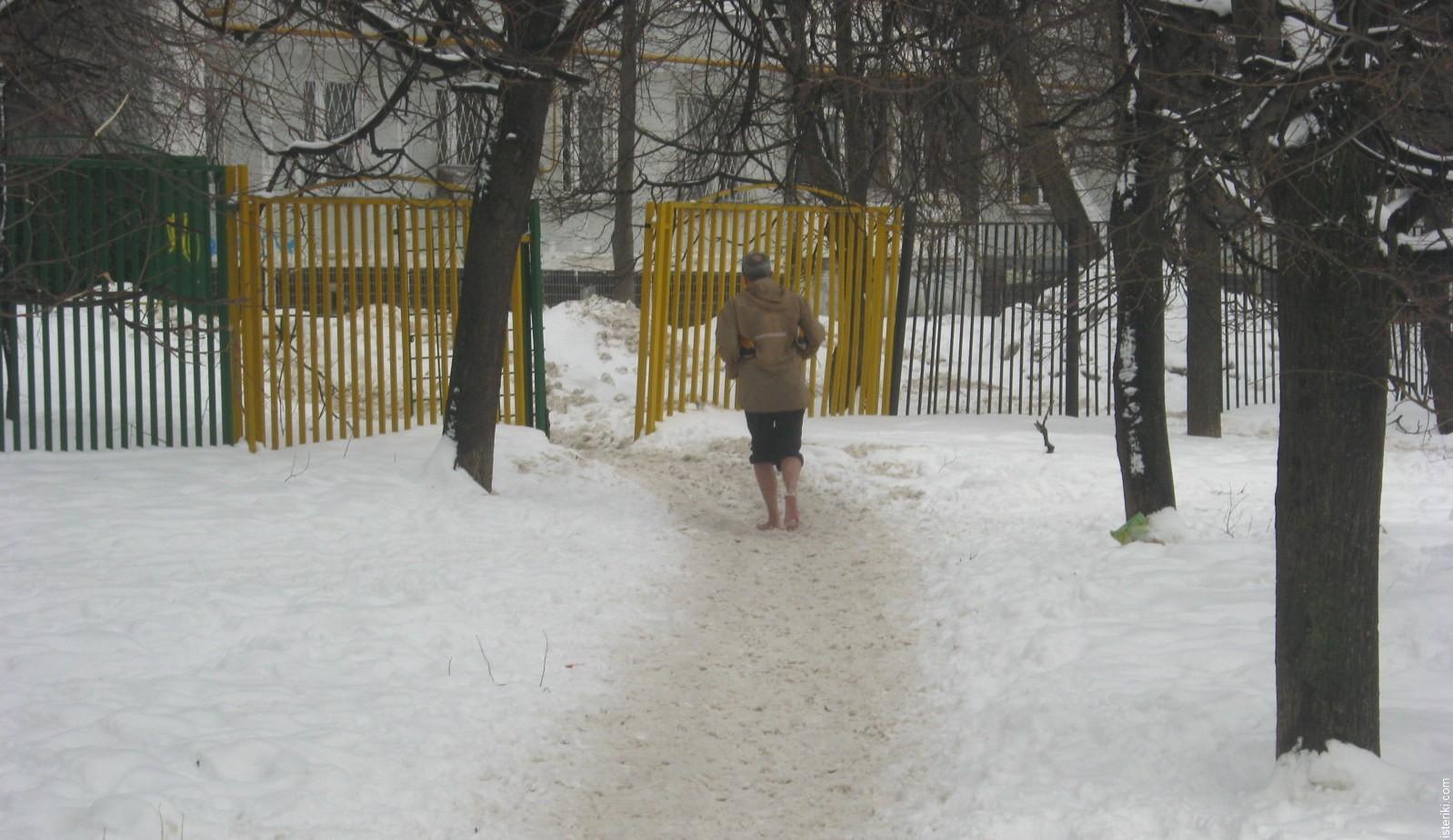 Босой бегун на снегу