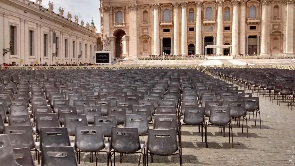 Стулья на площади Собора Святого Петра в Ватикане